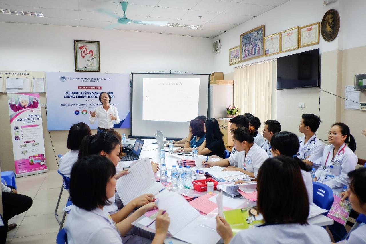 Các bác sĩ tại bệnh viện Nhi lớn nhất cả nước tham dự tại Hội nghị