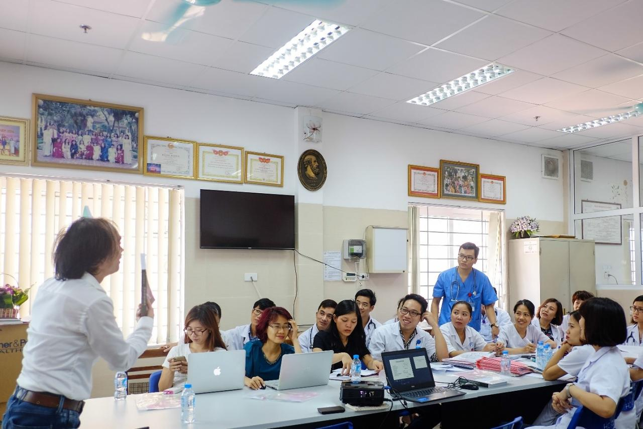 PGS.TS.BS Nguyễn Tiến Dũng trao đổi cùng các bác sĩ về từng loại kháng sinh sao cho kê đơn đúng người đúng bệnh