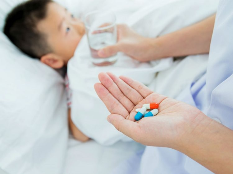 Không tự ý cho trẻ dùng thuốc kháng sinh khi ốm