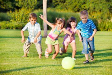 Cha mẹ nên khuyến khích trẻ tham gia các hoạt động ngoài trời