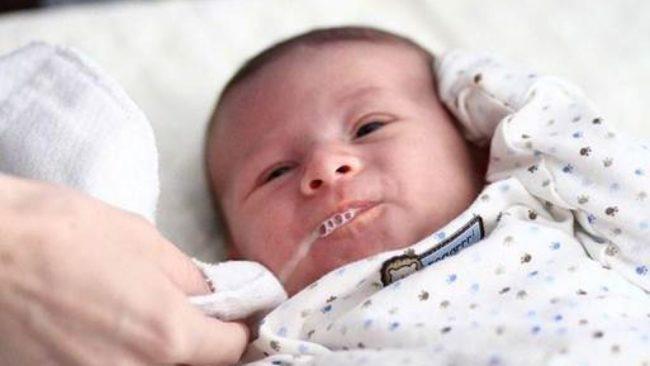 Trẻ sơ sinh hay bị đầy hơi, nôn trớ