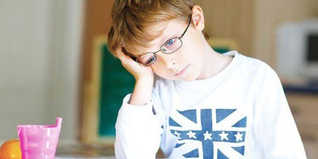 Khi bé có biểu hiện giảm thị lực, cha mẹ nên mua thuốc bổ mắt cho trẻ