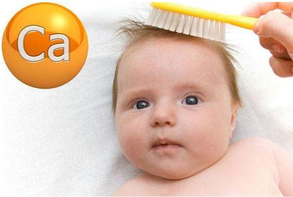 Trẻ bị rụng tóc hình vành khăn cũng có thể thiếu canxi.
