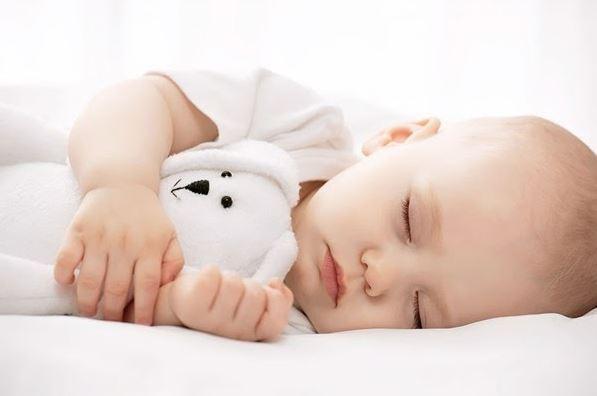 Trẻ sơ sinh có nhiều kiểu tỉnh giấc khác nhau.