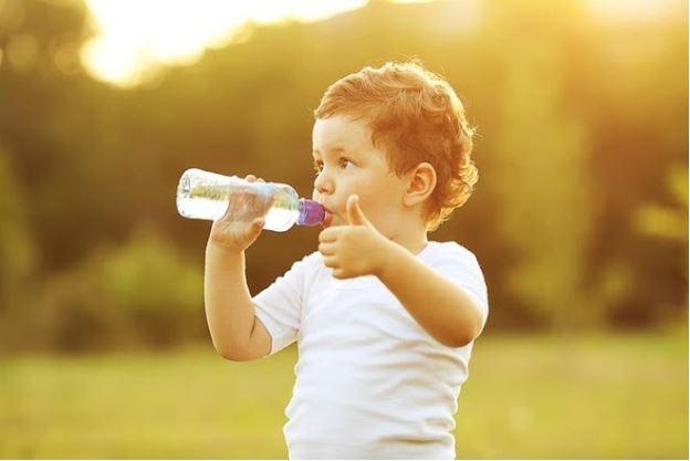 Dù là trẻ nhỏ hay người lớn, việc uống đủ nước mỗi ngày là vô cùng cần thiết